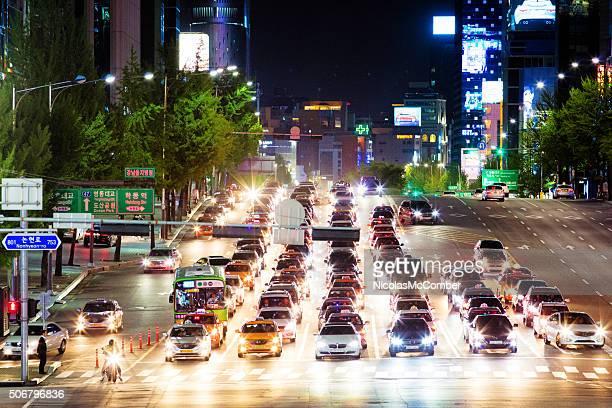 列のカーウェイティングの夜のトラフィックの光