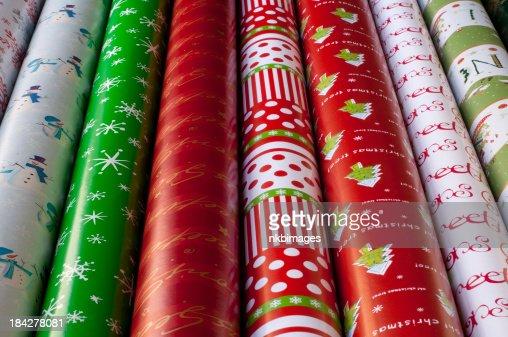 列のクリスマスの包装紙