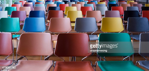 Filas de sillas coloridas : Foto de stock