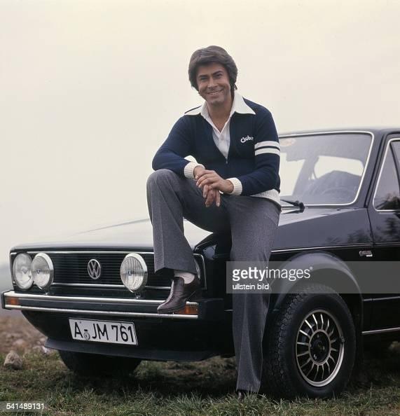 Roy Black *Schlagersänger Schauspieler Dsitzt auf einem VW Golf 1976