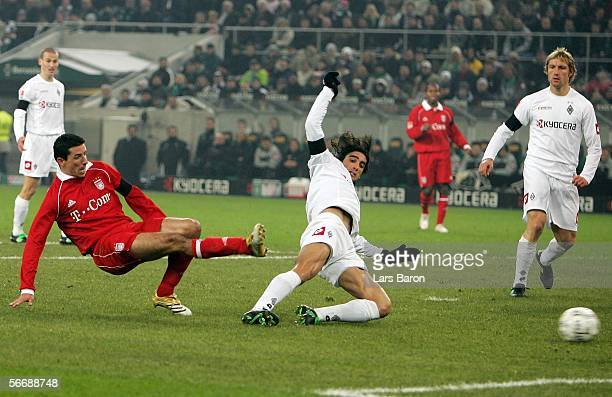 Roy Makaay of Munich scores the first goal past Ze Antonio of Monchengladbach during the Bundesliga match between Borussia Monchengladbach and Bayern...