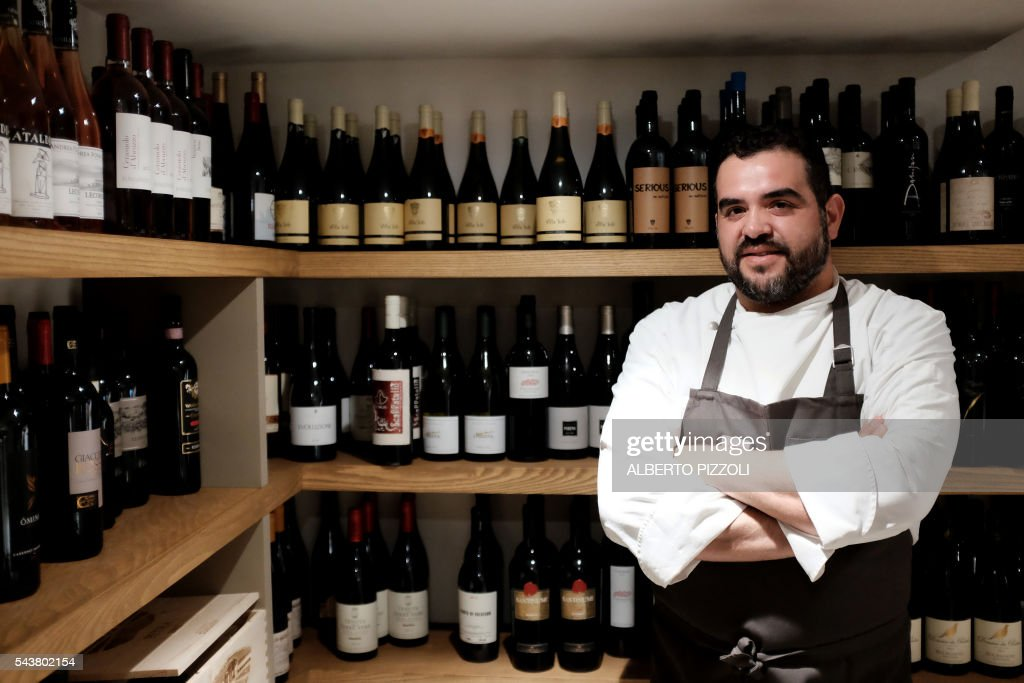 VELASQUEZ - Roy Salomon Caceres, Colombia's born Chef of the restaurant 'Metamorfosi' poses on June 30, 2016 in Rome. / AFP / ALBERTO