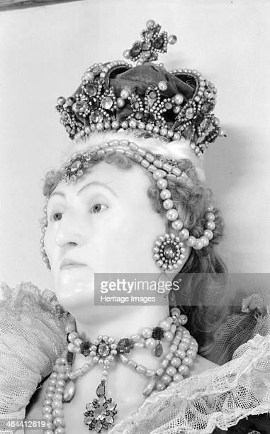 Royal funeral effigy of Queen Elizabeth I Westminster Abbey London 19451980 Photograph taken 19451980 of a detail of the wax funerary effigy of Queen...