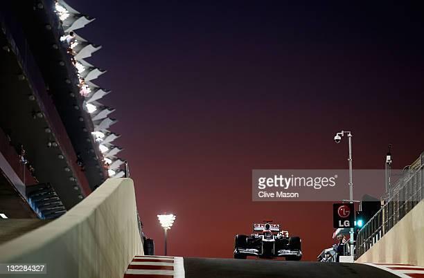 xABU DHABI UNITED ARAB EMIRATES NOVEMBER 11 Rubens Barrichello of Brazil and Williams drives down the pitlane during practice for the Abu Dhabi...