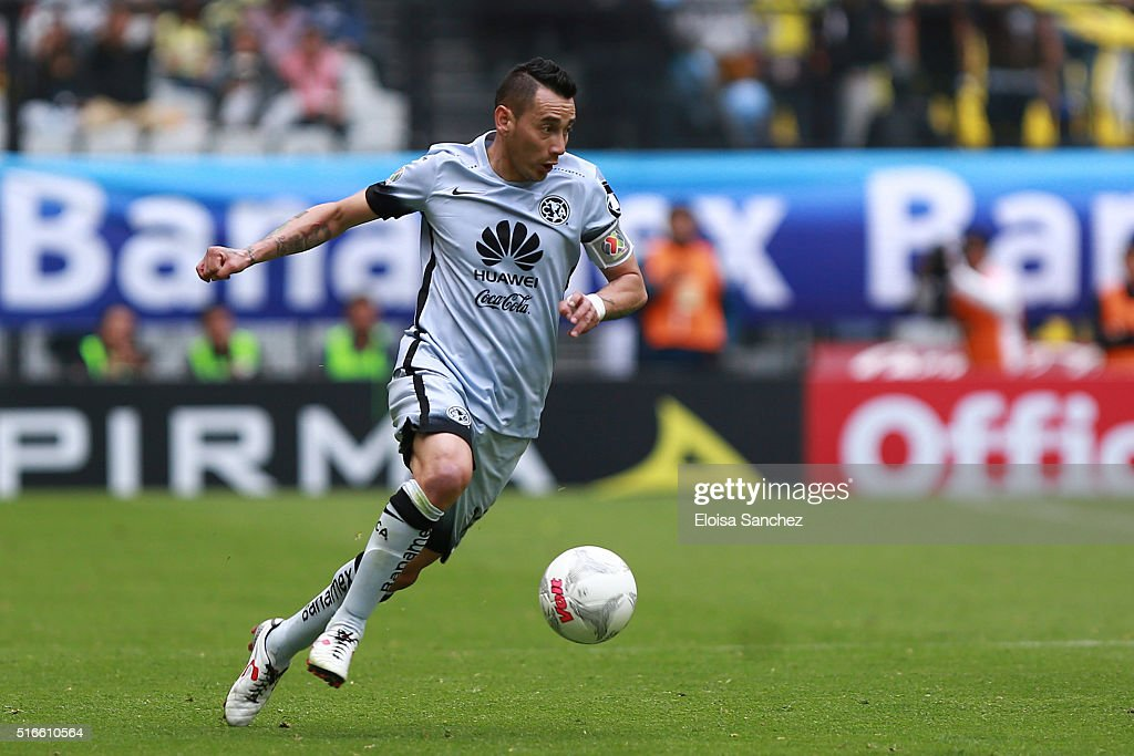 Rubens Sambueza of America drives the ball during the 11th round match between America and Leon as part of the Clausura 2016 Liga MX at Azteca Stadium on March 19, 2016 in Mexico City, Mexico.