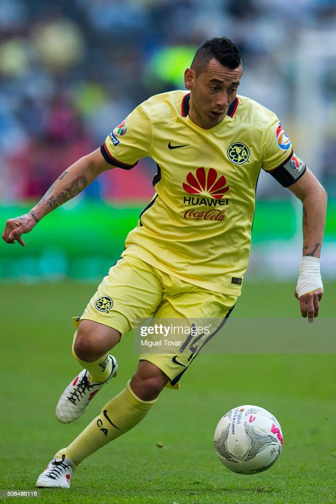 Rubens Sambueza of America drives the ball during the 3rd round match between America and Pachuca as part of the Clausura 2016 Liga MX at Azteca Stadium on January 23, 2016 in Mexico City, Mexico.
