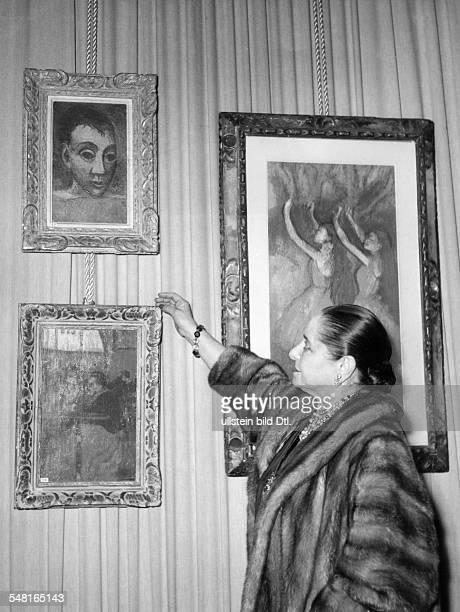Rubinstein Helena *25121870 Unternehmerin USA mit einigen Gemaelden aus ihrer Sammlung Werke von Pablo Picasso und Edgar Degas veroeff 1954