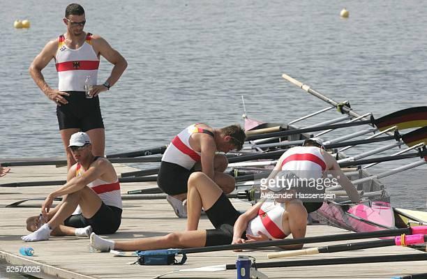 Rudern Olympische Spiele Athen 2004 Athen Achter / Maenner Team Deutschland / GER enttaeuscht auf dem Zielsteg 220804