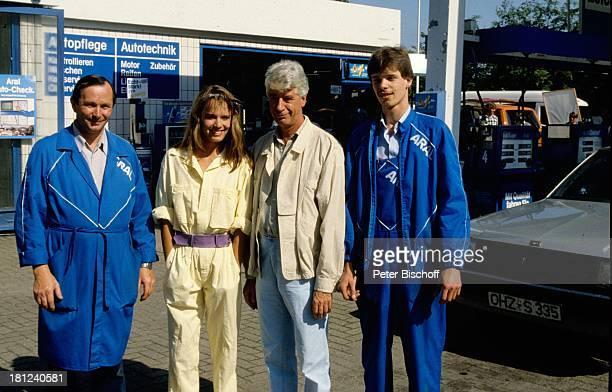 Rudi Carrell Desiree Nosbusch Besitzer der Tankstelle Mitarbeiter neben den Dreharbeiten zur ARDShow 'Rudis Tagesshow' Bremen Deutschland Tankwart...