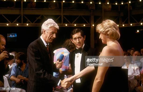 Rudi Carrell Prinz Charles und Ehefrau Lady Diana Spencer ARDShow 'Die verflixte 7' Deutschland 0 begrüßen Begrüßung Mikrofon KönigsPaar Showmaster...