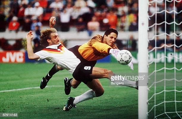 WM 1990 in Italien GER YUG 41 Rudi VOELLER schiesst das 41 gegen Torwart IVKOVIC