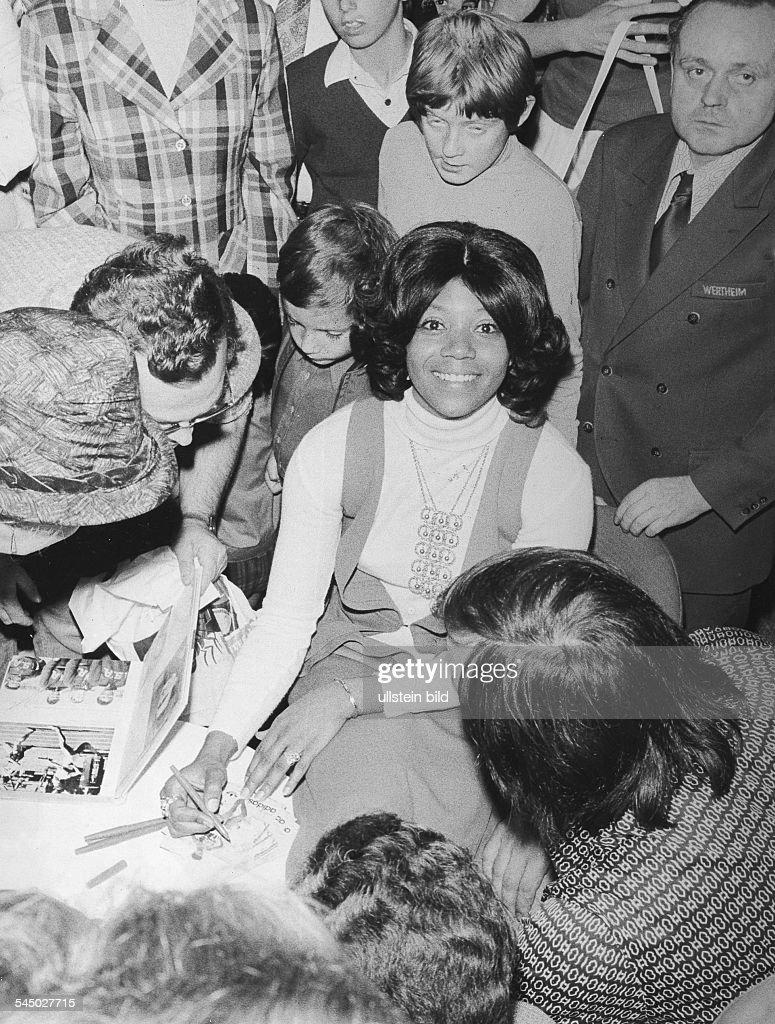 Rudolph Wilma Leichtathletin Usadreifache Olympiasiegerin 1960 Gibt Autogramme In Einem