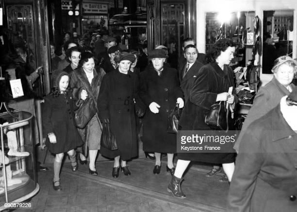 Ruée des clientes dans le magasin Pontings à l'ouverture des portes le premier jour des soldes à Londres RoyaumeUni le 30 décembre 1954