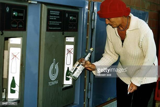 Rueckgabe von Pfandflaschen Frau stellt eine Flasche in die automatisch gesteuerte Leergutannahme 1997