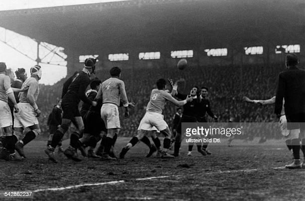 Rugby im 'Stade de Colombes' in ParisFrankreich Neuseeland Spielszene Neuseeland in schwarzenTrikots 1927