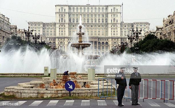 Rumaenien Bukarest Platz Unirii im Stadtzentrum im Hintergrund das Haus des Volkes Monumentalbau aus der CeausescuÄra