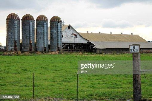Rundown dairy farm in rural Washington : Stock Photo