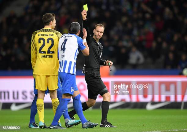 Rune Almenning Jarstein Karim Rekik of Hertha BSC and referee Bastian Dankert during the game between Hertha BSC and Borussia Moecnhengladbach on...