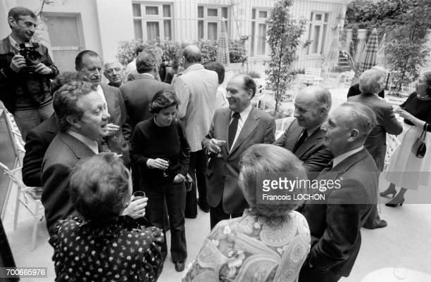 Réunion de leaders socialistes européens parmi lesquels Mario Soares François Mitterrand Claude Estier et le directeur du quotidien Le Monde Jacques...