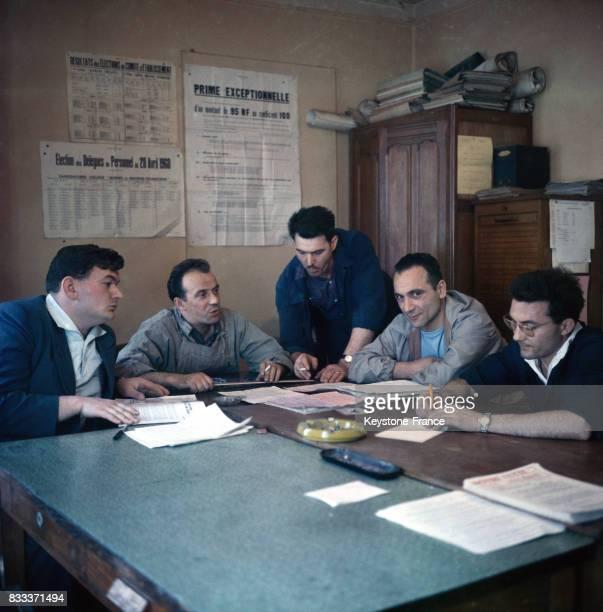 Réunion des délégués du personnel dans une entreprise à Paris en 1961 France