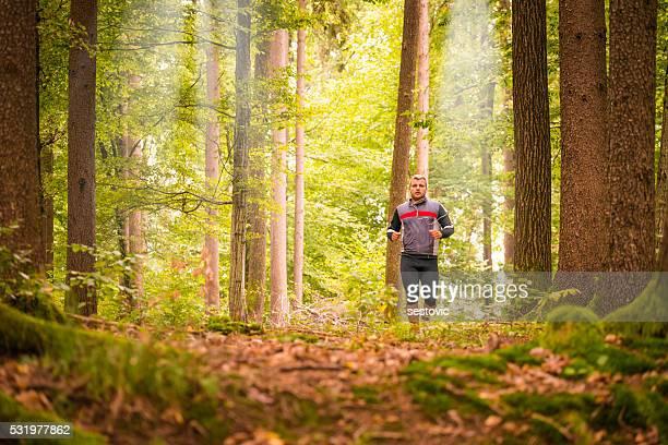 Läufer in einem Wald