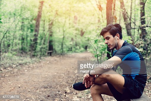 Corridore nel parco seduti sulla panca