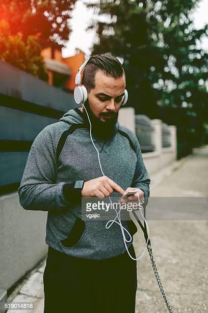 Läufer hören Musik.