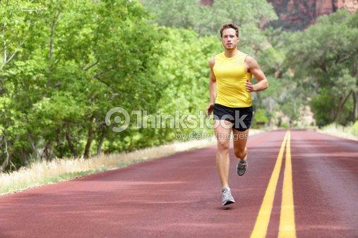 Corredor de hombre para correr en la calle : Foto de stock