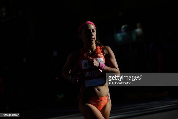 A runner participates in the Chicago Marathon on October 8 2017 in Chicago Illinois / AFP PHOTO / Joshua Lott