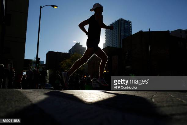 TOPSHOT A runner participates in the Chicago Marathon on October 8 2017 in Chicago Illinois / AFP PHOTO / Joshua Lott