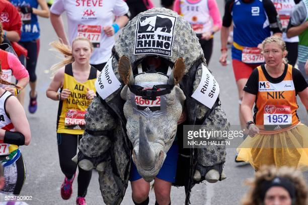 A runner 'Rhino Steve' in a Rhino fancy dress costume takes part in the 2016 London Marathon in central London on April 24 2016 / AFP / NIKLAS HALLE'N