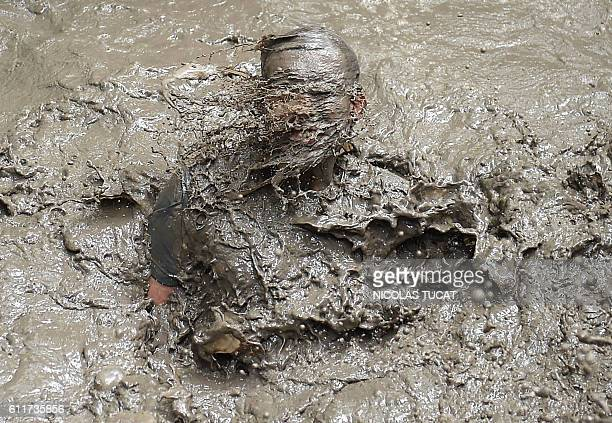 A runner takes part in the Mud Day a 13km obstacle race on October 1 2016 in Merignac southwestern France / AFP / NICOLAS TUCAT