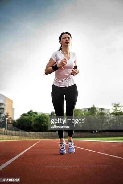 Coureur exercice dans un champ de course