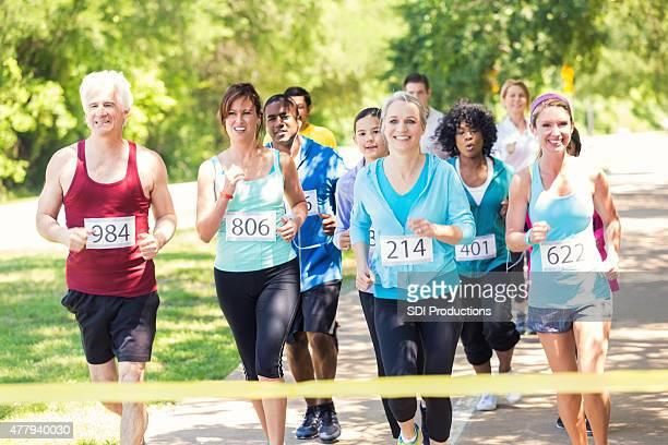 Läufer nähern Ziellinie während marathon oder 5 km Lauf