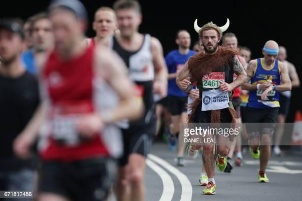 Runners participate in the London marathon on April 23 2017 in London / AFP PHOTO / Daniel LEALOLIVAS