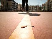 Corredor después de pisar un cigarrillo en la línea de una pista de baloncesto