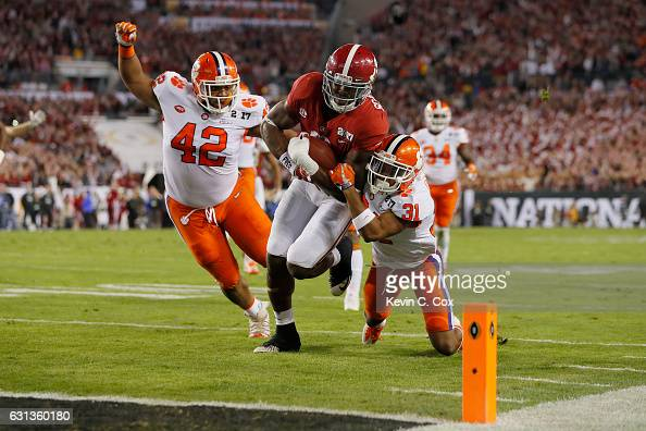 Running back Bo Scarbrough of the Alabama Crimson Tide rushes for a 25yard touchdown during the first quarter of the 2017 College Football Playoff...