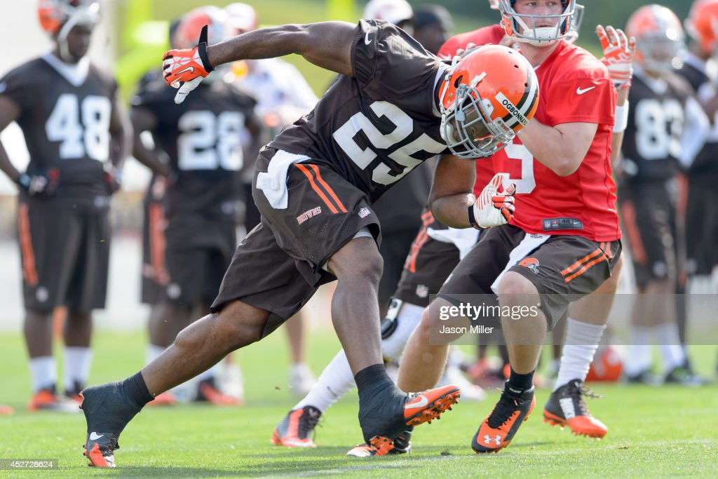 Running back <a gi-track='captionPersonalityLinkClicked' href=/galleries/search?phrase=Chris+Ogbonnaya&family=editorial&specificpeople=2168653 ng-click='$event.stopPropagation()'>Chris Ogbonnaya</a> #25 of the Cleveland Browns runs a route during training camp at the Cleveland Browns training facility on July 26, 2014 in Berea, Ohio.