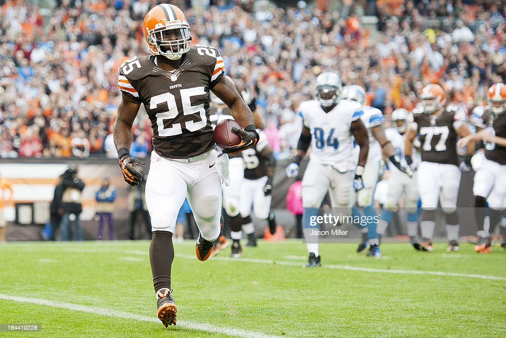 Running back <a gi-track='captionPersonalityLinkClicked' href=/galleries/search?phrase=Chris+Ogbonnaya&family=editorial&specificpeople=2168653 ng-click='$event.stopPropagation()'>Chris Ogbonnaya</a> #25 of the Cleveland Browns runs in a touchdown reception during the first half against the Detroit Lions at FirstEnergy Stadium on October 13, 2013 in Cleveland, Ohio.