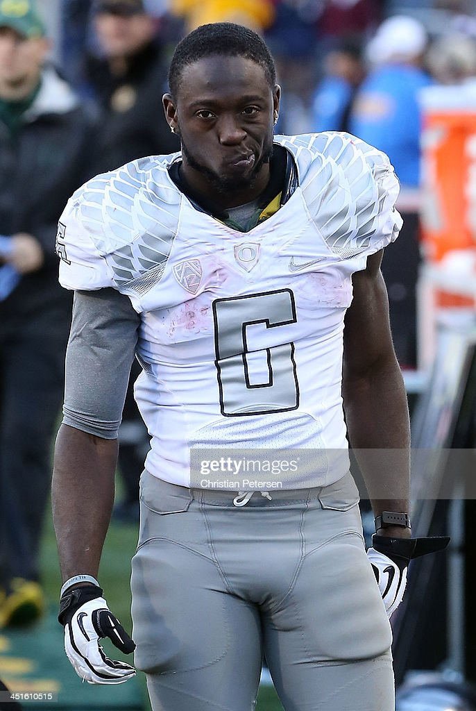 Running back <a gi-track='captionPersonalityLinkClicked' href=/galleries/search?phrase=De%27Anthony+Thomas&family=editorial&specificpeople=8222432 ng-click='$event.stopPropagation()'>De'Anthony Thomas</a> #6 of the Oregon Ducks reacts on the sidelines during the final moments of the college football game against the Arizona Wildcats at Arizona Stadium on November 23, 2013 in Tucson, Arizona. The Wildcats defeated the Ducks 42-16.