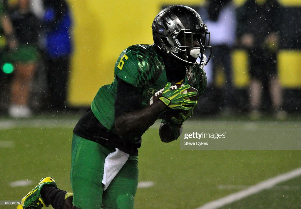 Running back <a gi-track='captionPersonalityLinkClicked' href=/galleries/search?phrase=De%27Anthony+Thomas&family=editorial&specificpeople=8222432 ng-click='$event.stopPropagation()'>De'Anthony Thomas</a> #6 of the Oregon Ducks returns the opening kickoff during the first quarter of the game against the California Golden Bears at Autzen Stadium on September 28, 2013 in Eugene, Oregon. Thomas was hit hard on the opening kickoff and did not return to action after that play.