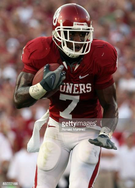 Running back DeMarco Murray of the Oklahoma Sooners during play against the TCU Horned Frogs at Memorial Stadium on September 27 2008 in Norman...