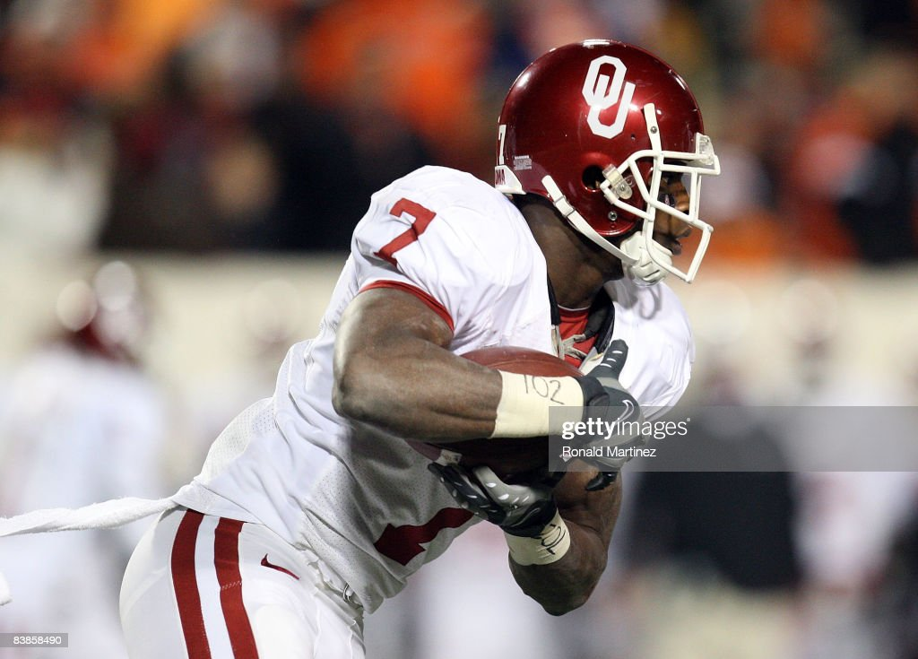 Running back DeMarco Murray of the Oklahoma Sooners runs the ball against the Oklahoma State Cowboys at Boone Pickens Stadium on November 29 2008 in...