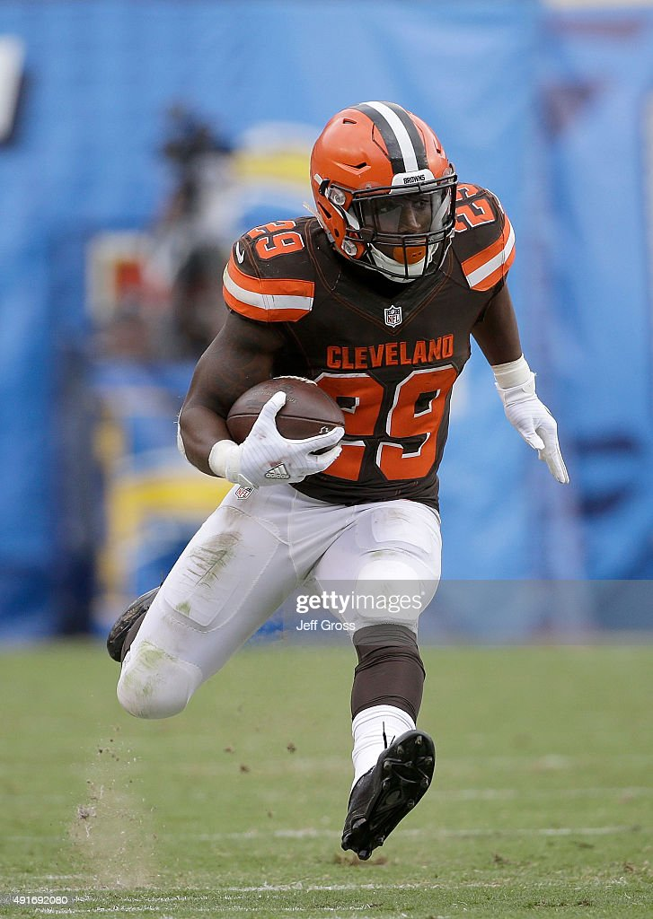 Running back <a gi-track='captionPersonalityLinkClicked' href=/galleries/search?phrase=Duke+Johnson+-+Football-Spieler&family=editorial&specificpeople=13981151 ng-click='$event.stopPropagation()'>Duke Johnson</a> Jr. #29 of the Cleveland Browns carries the ball against the San Diego Chargers at Qualcomm Stadium on October 4, 2015 in San Diego, California.