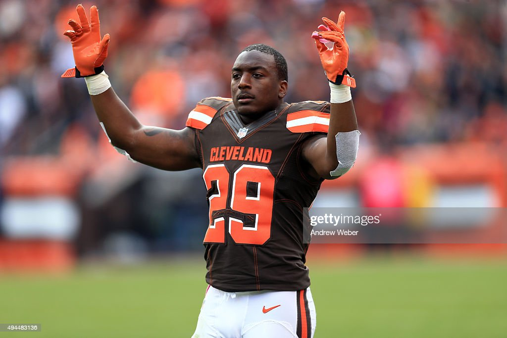 Running back <a gi-track='captionPersonalityLinkClicked' href=/galleries/search?phrase=Duke+Johnson+-+Jogador+de+futebol+americano&family=editorial&specificpeople=13981151 ng-click='$event.stopPropagation()'>Duke Johnson</a> #29 of the Cleveland Browns against the Denver Broncos at Cleveland Browns Stadium on October 18, 2015 in Cleveland, Ohio. Broncos defeated Browns 26-23.