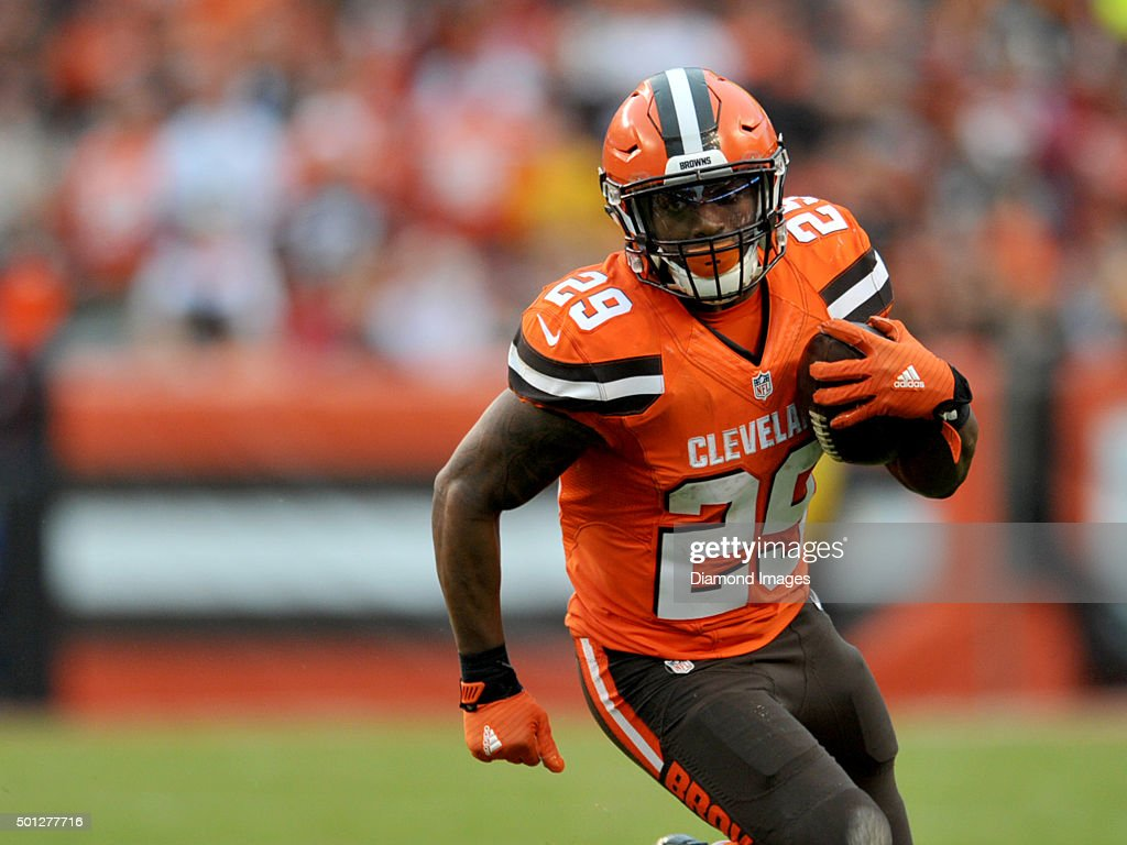 Running back <a gi-track='captionPersonalityLinkClicked' href=/galleries/search?phrase=Duke+Johnson+-+Jogador+de+futebol+americano&family=editorial&specificpeople=13981151 ng-click='$event.stopPropagation()'>Duke Johnson</a> #29 of the Cleveland Browns carries the ball during a game against the San Francisco 49ers on December 13, 2015 at FirstEnergy Stadium in Cleveland, Ohio. Cleveland won 24-10.