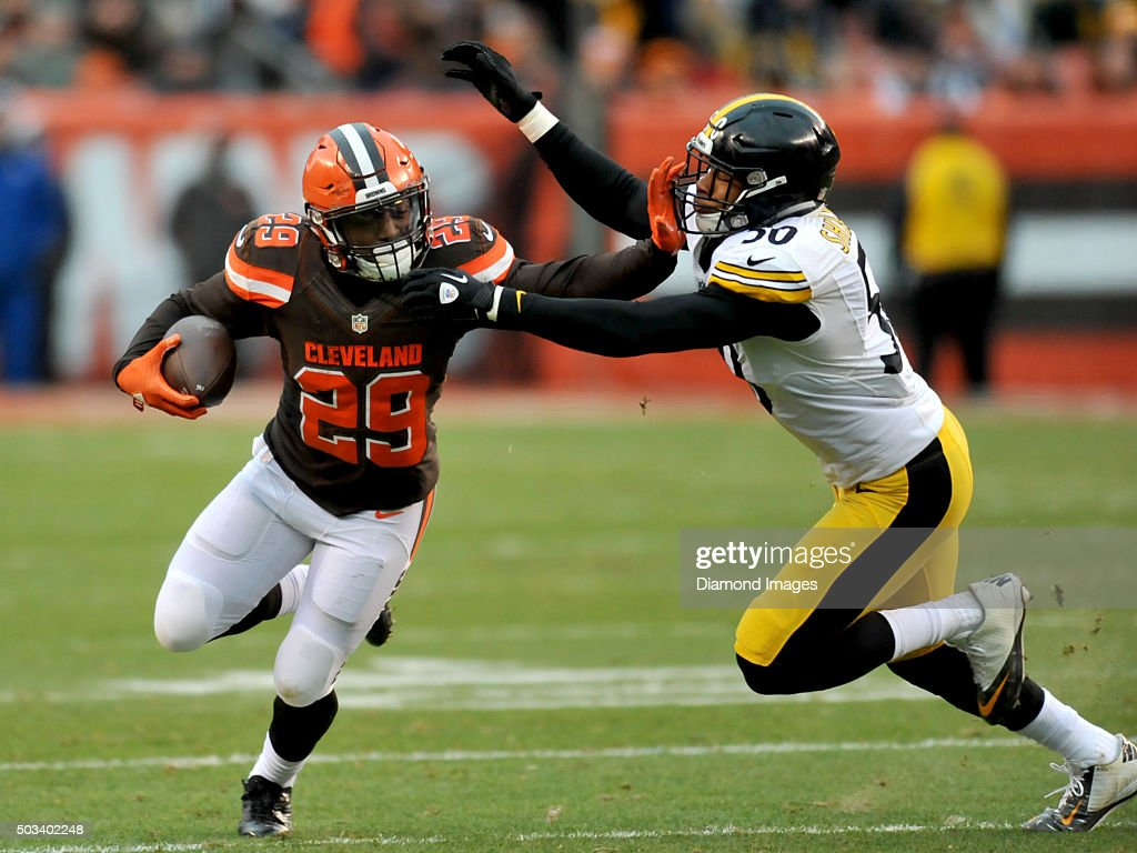 Running back <a gi-track='captionPersonalityLinkClicked' href=/galleries/search?phrase=Duke+Johnson+-+Jogador+de+futebol+americano&family=editorial&specificpeople=13981151 ng-click='$event.stopPropagation()'>Duke Johnson</a> #29 of the Cleveland Browns carries the ball as he stiff arms linebacker <a gi-track='captionPersonalityLinkClicked' href=/galleries/search?phrase=Ryan+Shazier&family=editorial&specificpeople=7718134 ng-click='$event.stopPropagation()'>Ryan Shazier</a> #50 of the Pittsburgh Steelers during a game on January 3, 2016 at FirstEnergy Stadium in Cleveland, Ohio. Pittsburgh won 28-12.