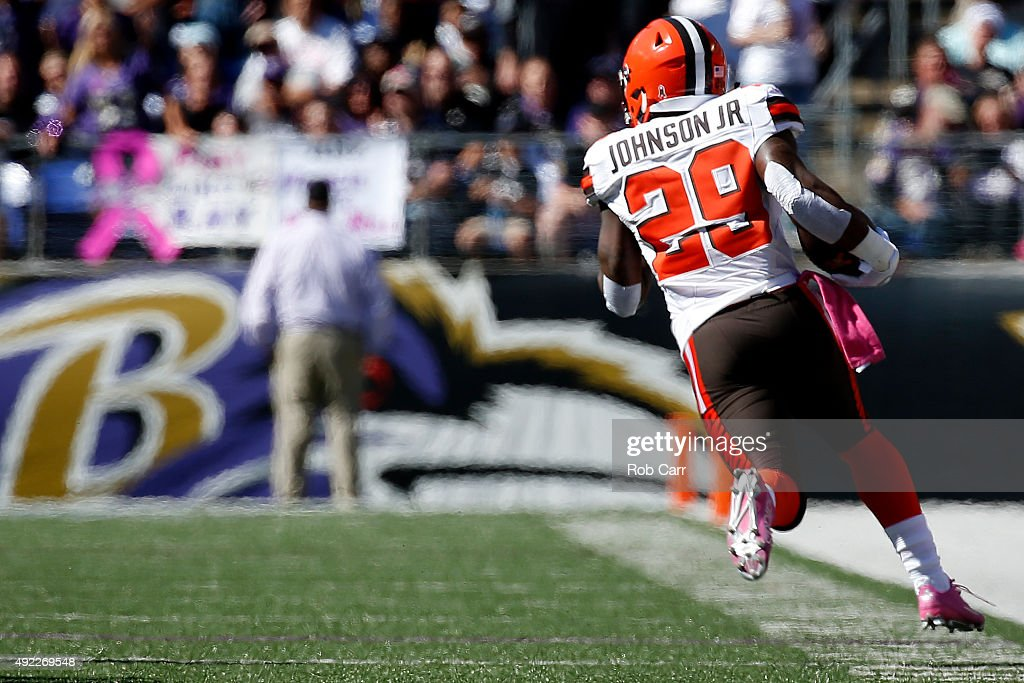 Running back <a gi-track='captionPersonalityLinkClicked' href=/galleries/search?phrase=Duke+Johnson+-+Football-Spieler&family=editorial&specificpeople=13981151 ng-click='$event.stopPropagation()'>Duke Johnson</a> #29 of the Cleveland Browns carries the ball in the first quarter of a game against the Baltimore Ravens at M&T Bank Stadium on October 11, 2015 in Baltimore, Maryland.