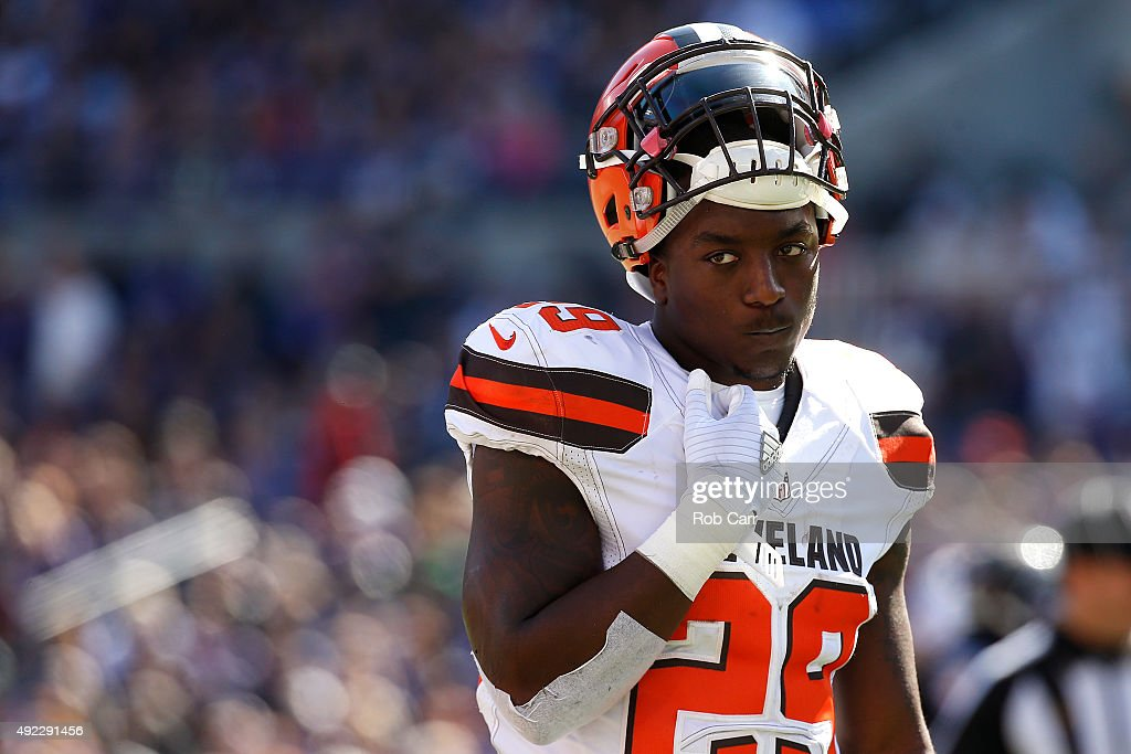 Running back <a gi-track='captionPersonalityLinkClicked' href=/galleries/search?phrase=Duke+Johnson+-+Giocatore+di+football+americano&family=editorial&specificpeople=13981151 ng-click='$event.stopPropagation()'>Duke Johnson</a> #29 of the Cleveland Browns looks on in the second quarter of a game against the Cleveland Browns at M&T Bank Stadium on October 11, 2015 in Baltimore, Maryland.