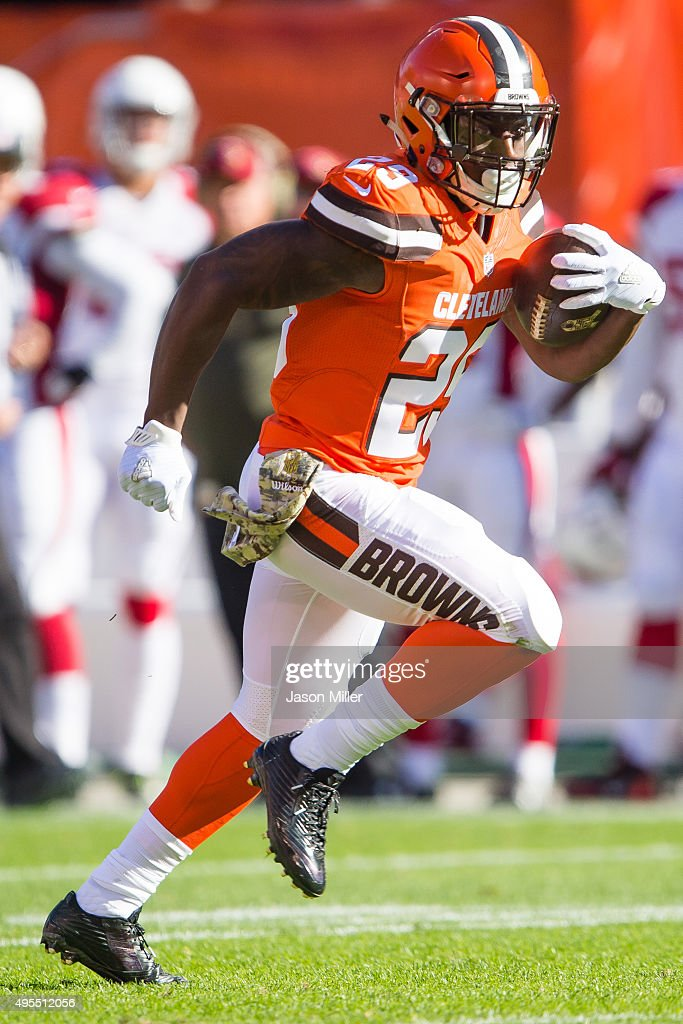 Running back <a gi-track='captionPersonalityLinkClicked' href=/galleries/search?phrase=Duke+Johnson+-+Jogador+de+futebol+americano&family=editorial&specificpeople=13981151 ng-click='$event.stopPropagation()'>Duke Johnson</a> #29 of the Cleveland Browns runs for a gain during the first half against the Arizona Cardinals at FirstEnergy Stadium on November 1, 2015 in Cleveland, Ohio.